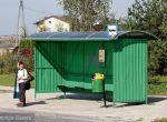 Blacha falista to awangarda polskiej architektury przystankowej. Tu wtapia się w zielone otoczenie