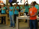 8.07 - załoga Apple oklaskami wita pojawienie się na rynku ich nowego dziecka