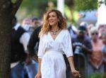 Carrie Bradshaw w sukienkce Halston, kopertówką Chanel i w Louboutin