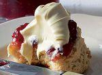 Bułeczki jedzone z śmietaną i dżemem są niezwykle popularne w Anglii, Irladnii i Południowej Afryce