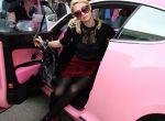 Za samochód, o kolorze pudrowego różu zapłaciła ponad $200,000