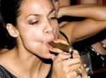 Lizanie, rozplananie, muskanie, wkładanie do buzi - tak wygląda palenie cygara przez kobiety