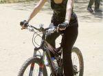 Paris Hilton na rowerze