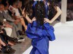 Lacroix przeistacza kobiety w piękne pawie w kolorowych piórach