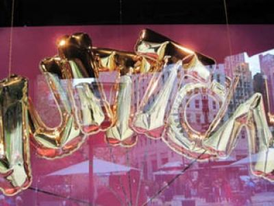 Oryginalne wystawy butików Louis Vuitton