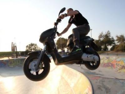 Szalone tricki na skuterze w skateparku?