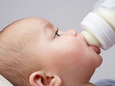 Czego nie robić podczas karmienia butelką?