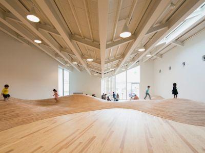 Trendy w architekturze: falista podłoga
