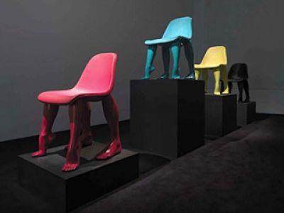Krzesła z ludzkimi nogami