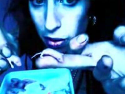 Amy Winehouse i Pete Doherty jedzą myszy (VIDEO)?!