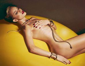 Brazylijski modelka nago