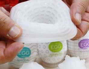 Tenga Egg masturbator (video)