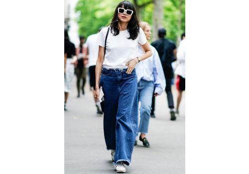 Street style: biała koszulka i jeansy