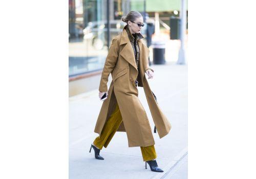 Styl gwiazd: Gigi Hadid w płaszczu RASK